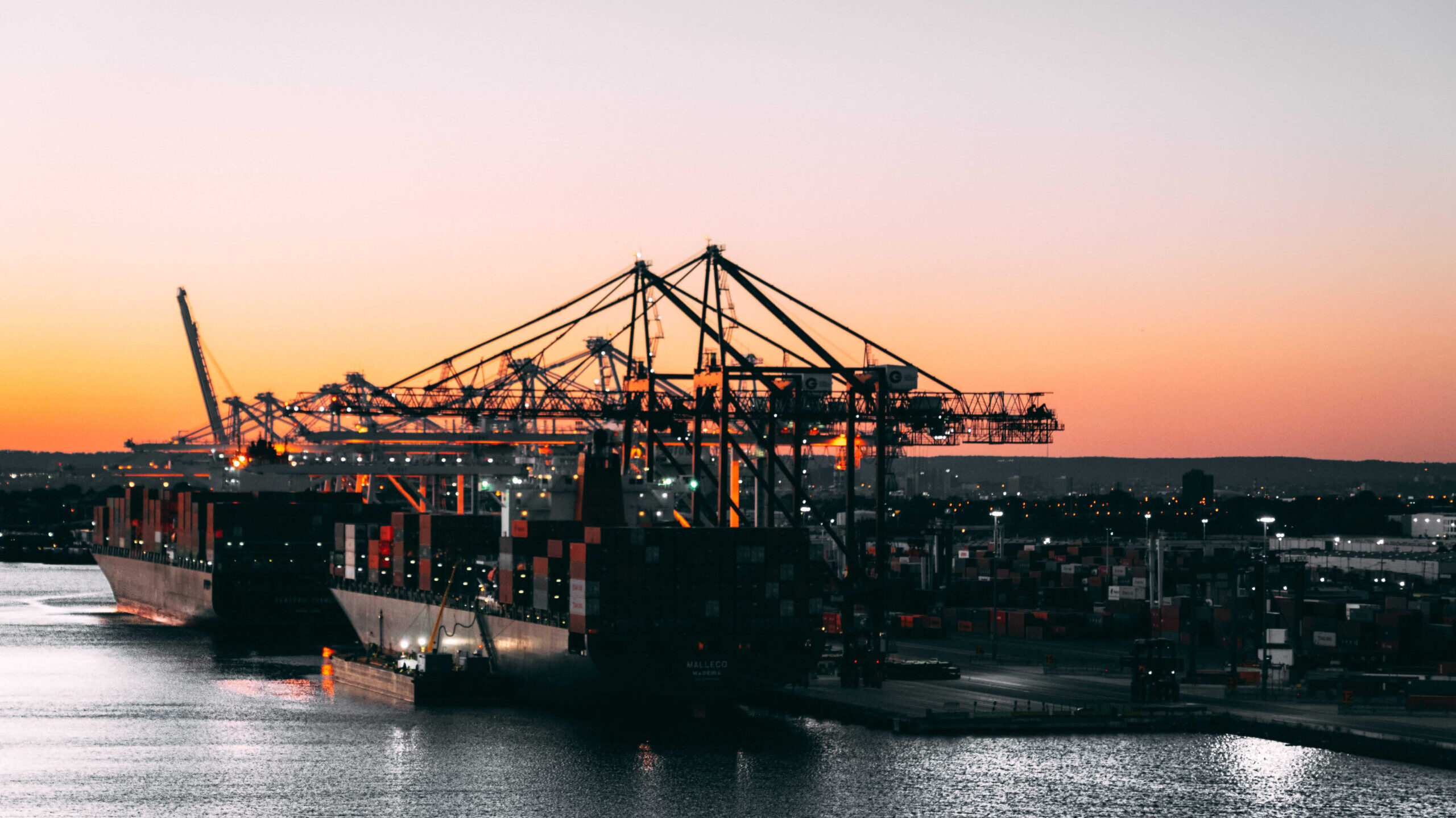 port-with-cranes-2326876 (1) (1)